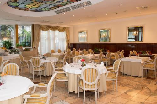 A restaurant or other place to eat at Hotel Mozart