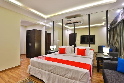 Cama ou camas em um quarto em OYO 232 Fawasel Tabuk 2 Hotel Apartment