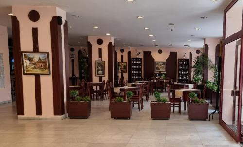 A restaurant or other place to eat at Hotel Gorna Banya