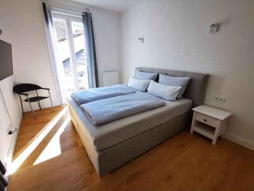 Ein Bett oder Betten in einem Zimmer der Unterkunft Rheinufer am Hindenburgpark
