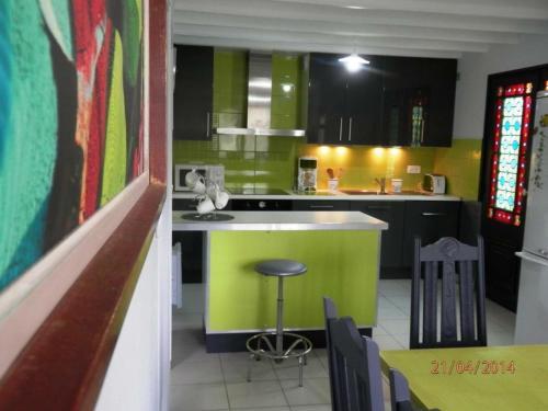 Cuisine ou kitchenette dans l'établissement Gîte Serreslous-et-Arribans, 4 pièces, 6 personnes - FR-1-360-77