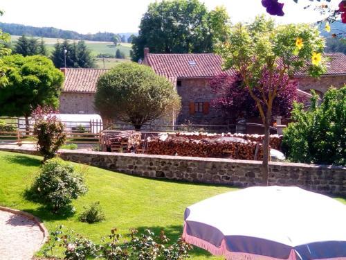A garden outside Gîte Merle-Leignec, 2 pièces, 2 personnes - FR-1-496-45