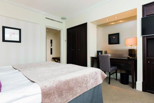 A bed or beds in a room at Elite Park Avenue Hotel