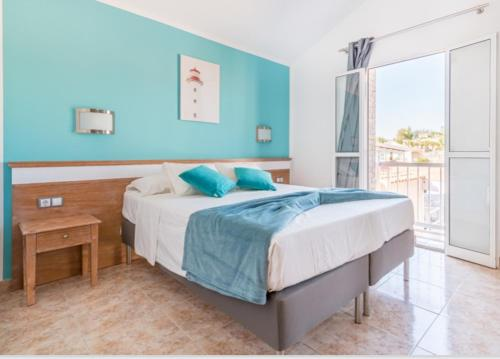 Een bed of bedden in een kamer bij Green Oasis Club