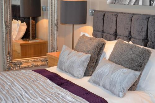 A bed or beds in a room at Quebecs Luxury Apartments