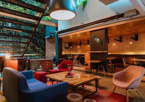 The lounge or bar area at The Click Clack Hotel Bogotá
