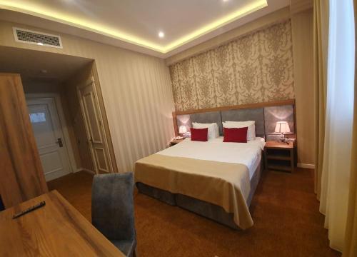 Cama ou camas em um quarto em La Casa Fountains Square