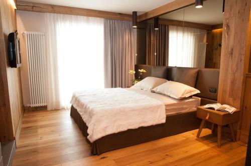 Postel nebo postele na pokoji v ubytování Alexander Charme Hotel