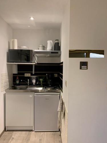 A kitchen or kitchenette at Au petit nid Froissart