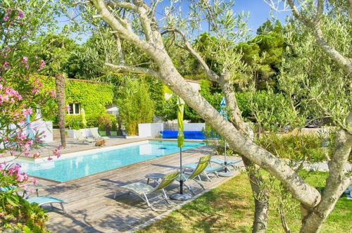The swimming pool at or close to Chambres d'hôtes de la Cavayere & Spa