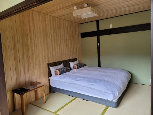 A bed or beds in a room at Onsen & Garden -Asante Inn-