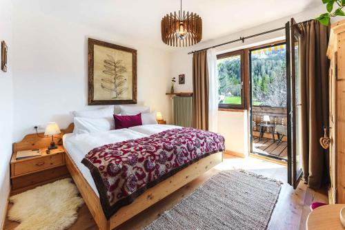 A bed or beds in a room at Das Halali - dein kleines Hotel an der Zugspitze