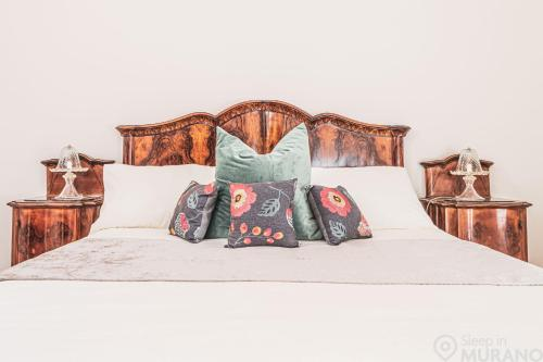 A bed or beds in a room at MURANO Place - Villa SPECCHIO Adults Only