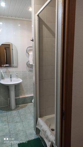 """Ванная комната в Отель """"Пятый угол"""""""