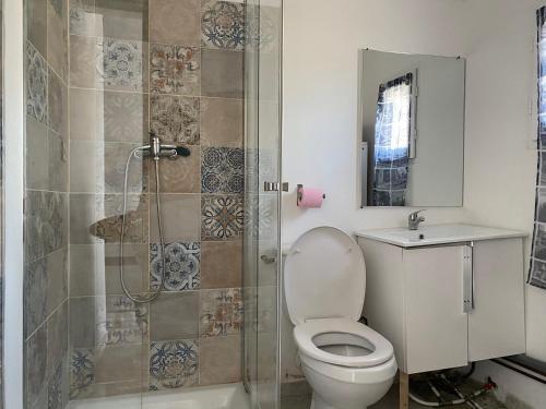 A bathroom at L'Éphémère Saint Louis - Maison Rouge