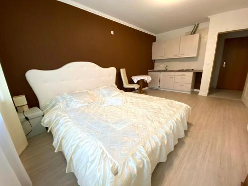 A bed or beds in a room at Hotel zum Hahn
