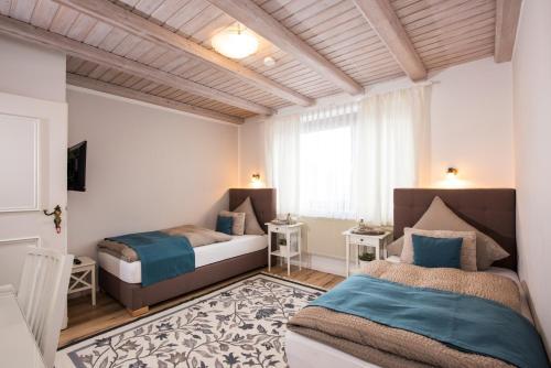 A bed or beds in a room at Landgasthof zur Sonne
