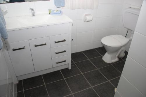 A bathroom at Gundagai Motel