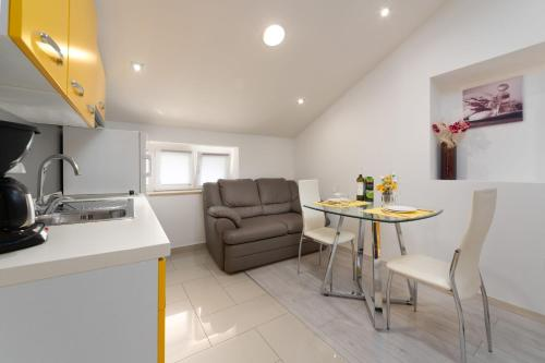 A kitchen or kitchenette at Apartment Deny