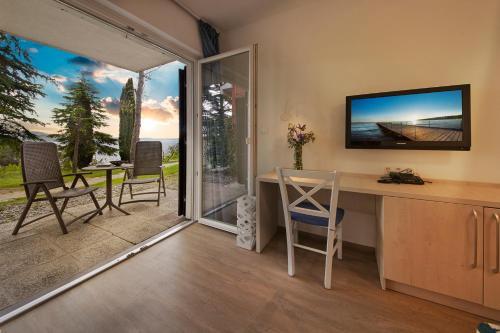 TV in/ali zabaviščno središče v nastanitvi Villa Adriatic - Hotel & Resort Adria Ankaran