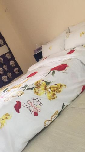 A bed or beds in a room at Studio room in al jimi al ain