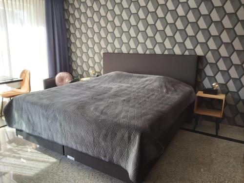 A bed or beds in a room at Hotel Maurice