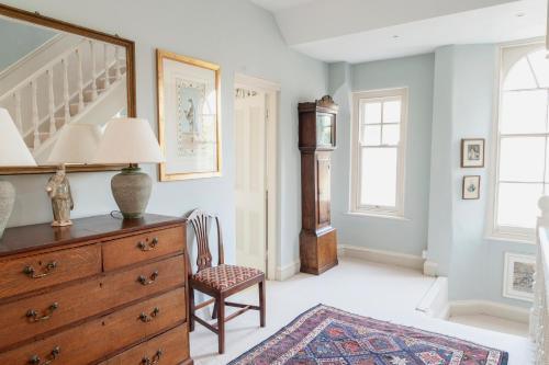 A seating area at Avalon House Bed and Breakfast