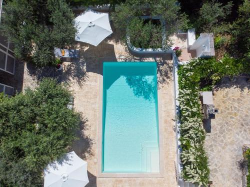 Vista sulla piscina di B&B La Casèdde o su una piscina nei dintorni