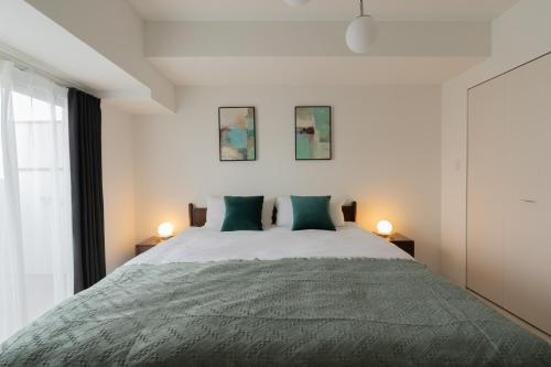 A bed or beds in a room at 谷町君ホテル 難波80