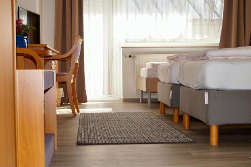 A bed or beds in a room at Pension zum Ritter