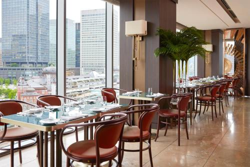 A restaurant or other place to eat at Four Seasons Hotel Tokyo at Marunouchi