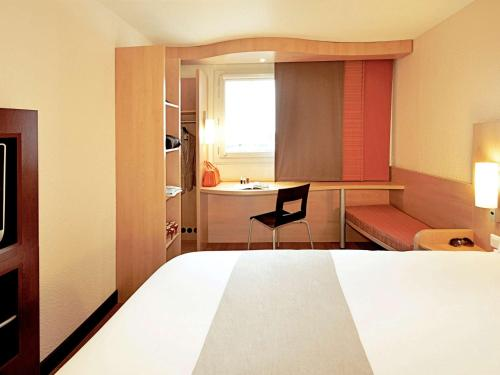 A bed or beds in a room at ibis Belo Horizonte Liberdade