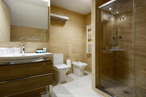 A bathroom at Hotel Pedro I De Aragon 4 Estrellas SUPERIOR