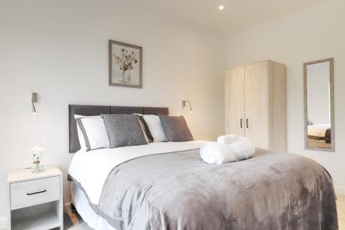 A bed or beds in a room at Luxury 1 Bed Flat in St Albans, Modern, WiFi, Six Minutes from Train Station