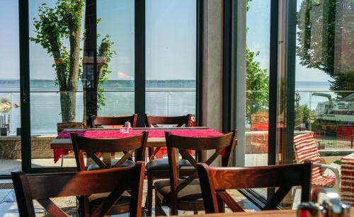 Reštaurácia alebo iné gastronomické zariadenie v ubytovaní Hotel Prístav