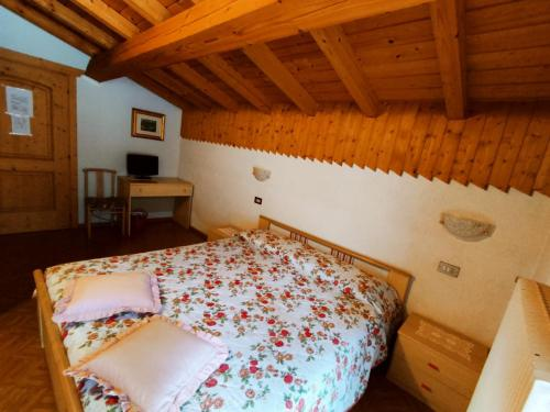 A bed or beds in a room at Affittacamere Pizzeria Marmolada