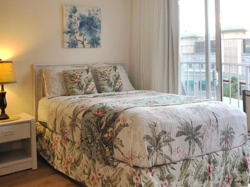 A bed or beds in a room at Tropical Studios at Marine Surf Waikiki - FREE PARKING - BEST LOCATION - FULL KITCHEN - SWIMMING POOL