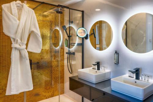 A bathroom at Grand Focus Hotel Szczecin