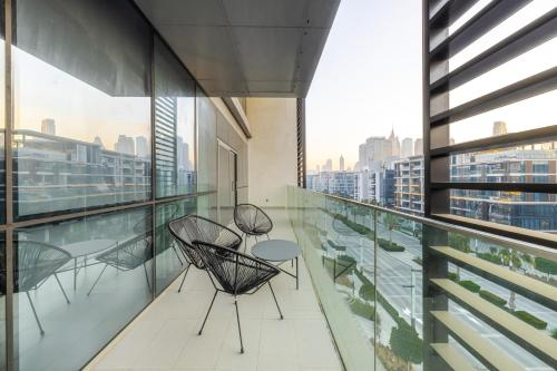 A balcony or terrace at DHH - Welcome To Your New Home With Splendid Interiors in City Walk Building 11B