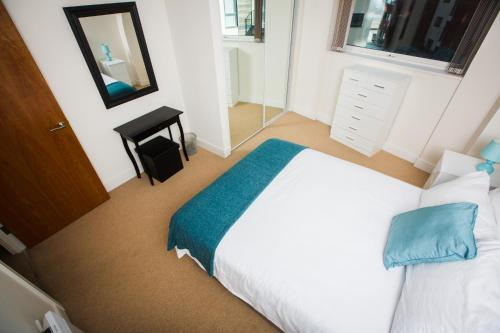 A bed or beds in a room at Meridian Apartment