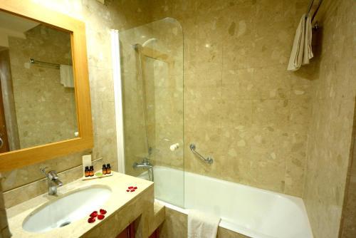 Ванная комната в Oasis Hotel & Spa