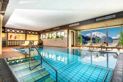 Der Swimmingpool an oder in der Nähe von Alpenhotel Denninglehen