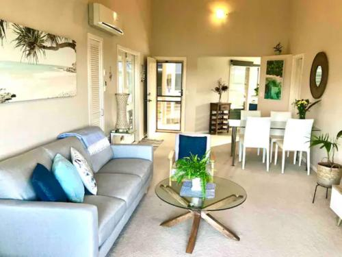 A seating area at Hastings Cove Apartments - Tweed Coast Holidays ®