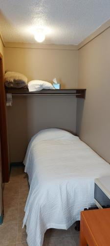 A bed or beds in a room at Ross Inn