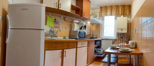 A kitchen or kitchenette at City Living Apartments Constanta