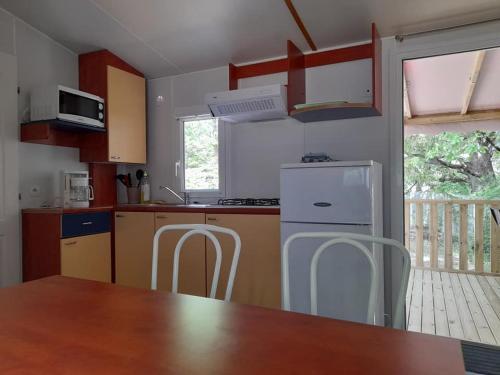 Cuisine ou kitchenette dans l'établissement Camping le Chêne