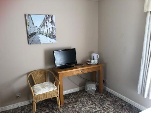 A television and/or entertainment centre at Fairview Bed and Breakfast
