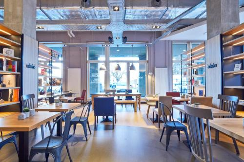 A restaurant or other place to eat at Campanile Paris Sud - Saclay