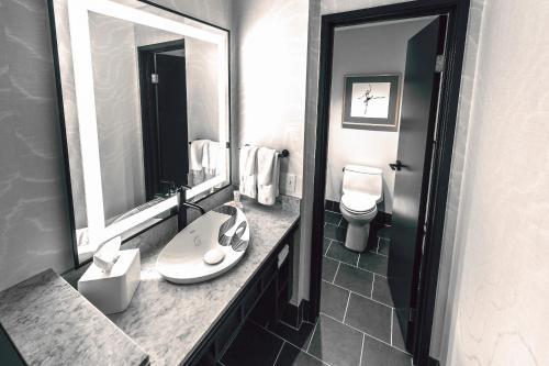 A bathroom at Saint Kate - The Arts Hotel