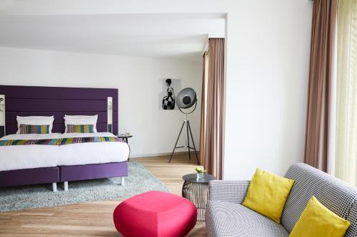 A bed or beds in a room at Hotel Indigo - Dusseldorf - Victoriaplatz, an IHG Hotel
